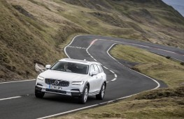 Volvo V90 Cross Country, front action 2