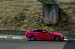Jaguar XE 300 Sport, Circuit de Charade, side