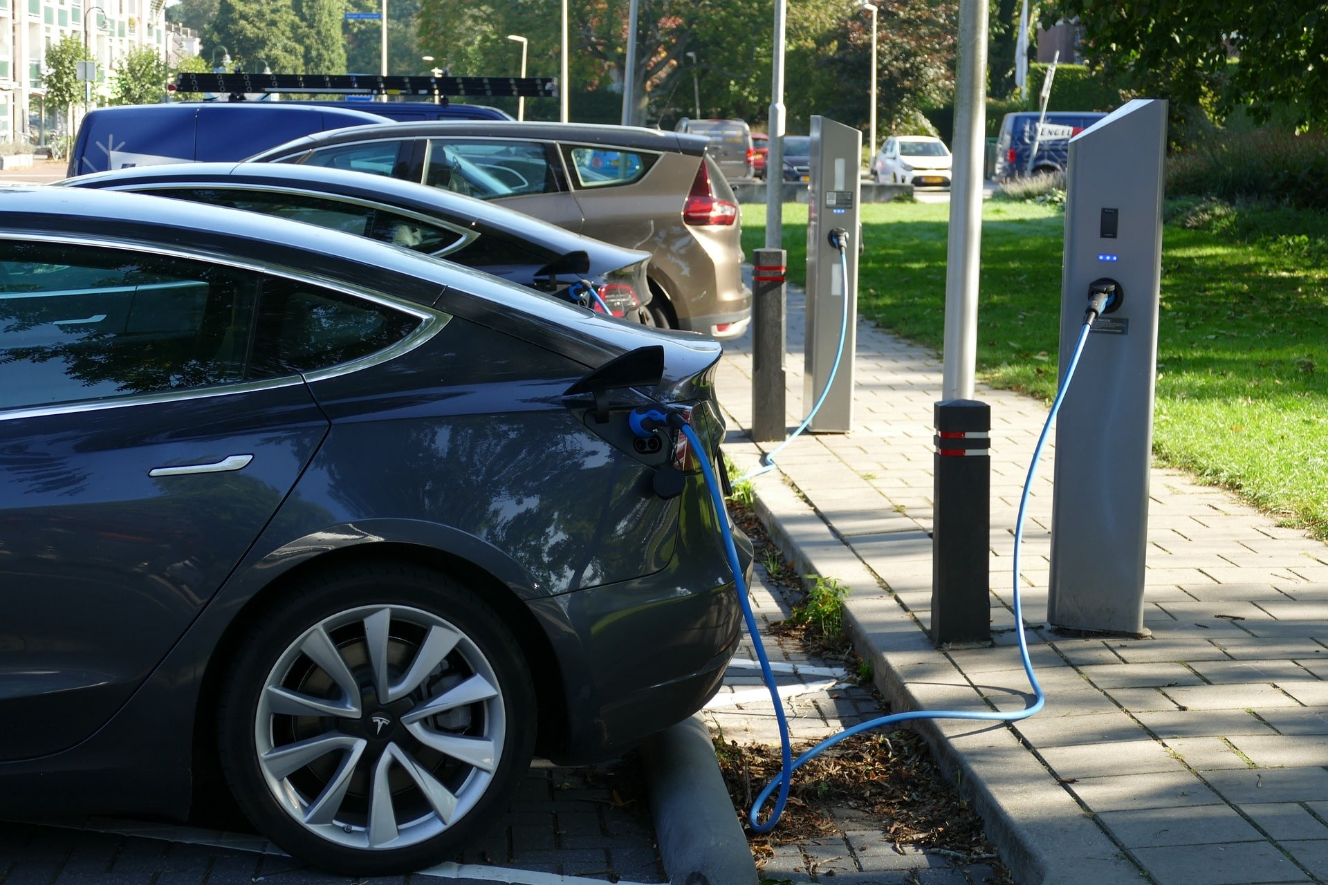 sähköauton latausaseman asennuksen hinta