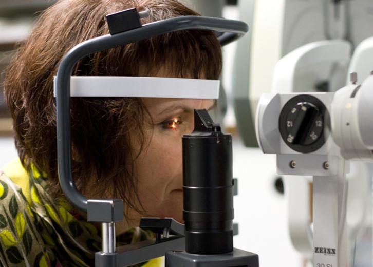 Die Spaltlampe ist ein Mikroskop mit dem das Auge genau betrachtet werden kann, und der Sitz der Kontaktlinse beurteilt wird.