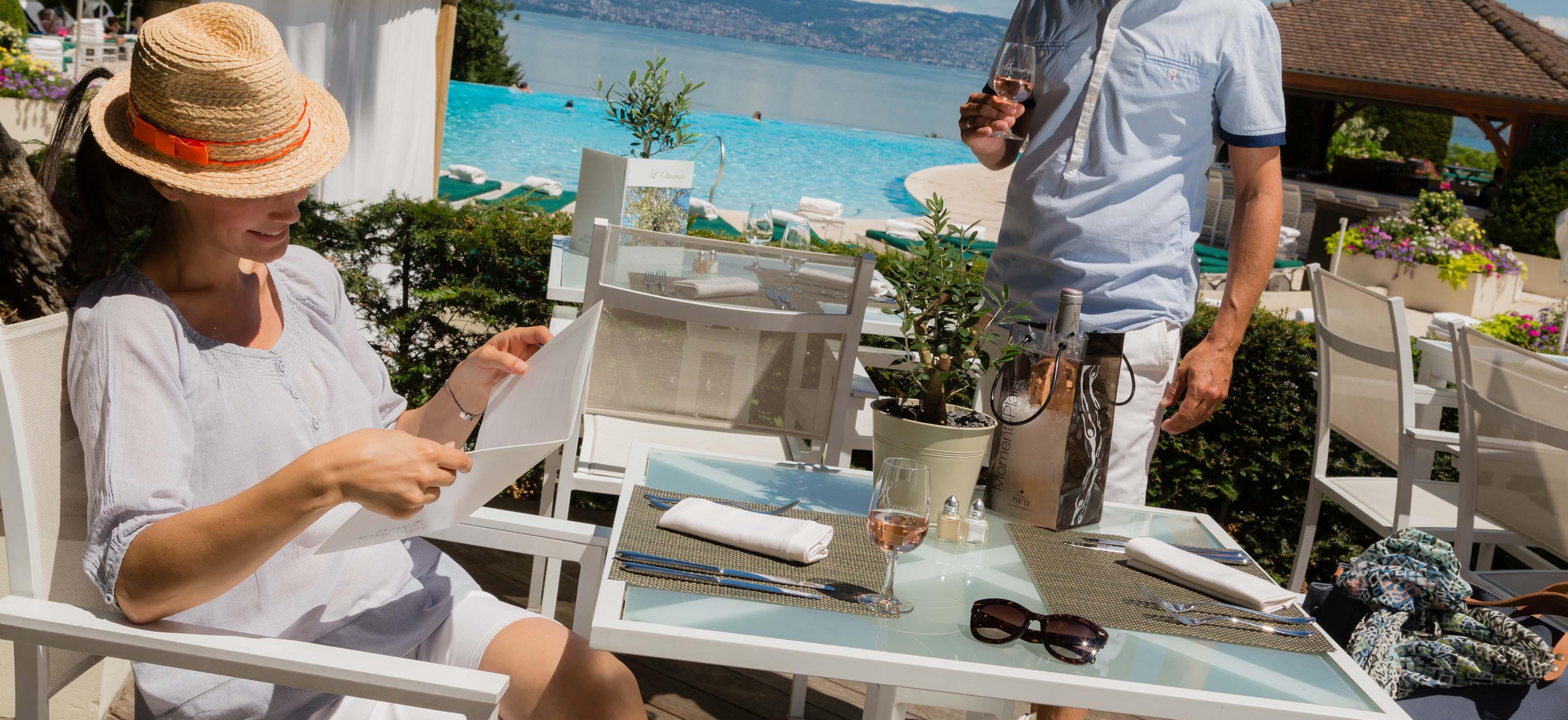 le restaurant l 39 oliveraie au bord de la piscine de l 39 h tel. Black Bedroom Furniture Sets. Home Design Ideas