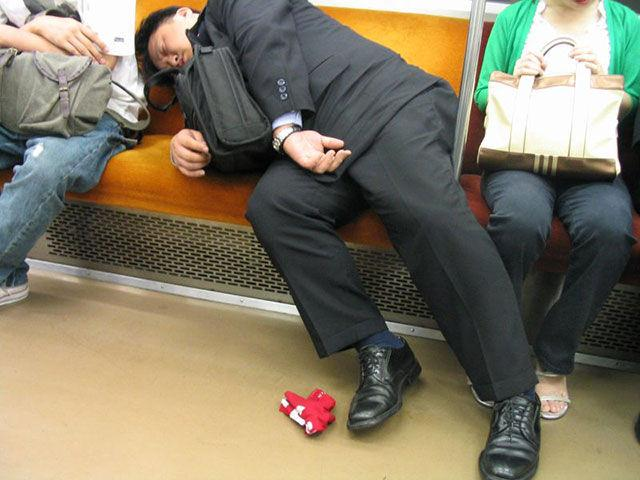[Image: japanese_businessmen_passed_drunk_in_public_640_17.jpg]