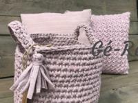 creatief atelier en kleermakerij Geeft diverse workshops o.a. tassen haken, winkeltje met voornamelijk zelf gemaakte woonaccessoires en sieraden