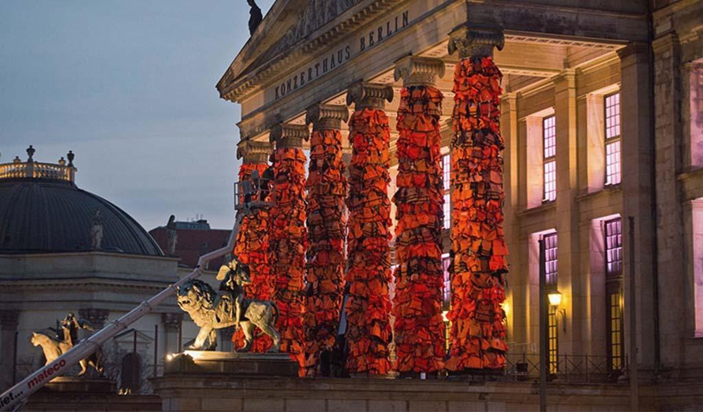 Ai Weiwei rodea con chalecos salvavidas las columnas del Konzerthaus de Berlín