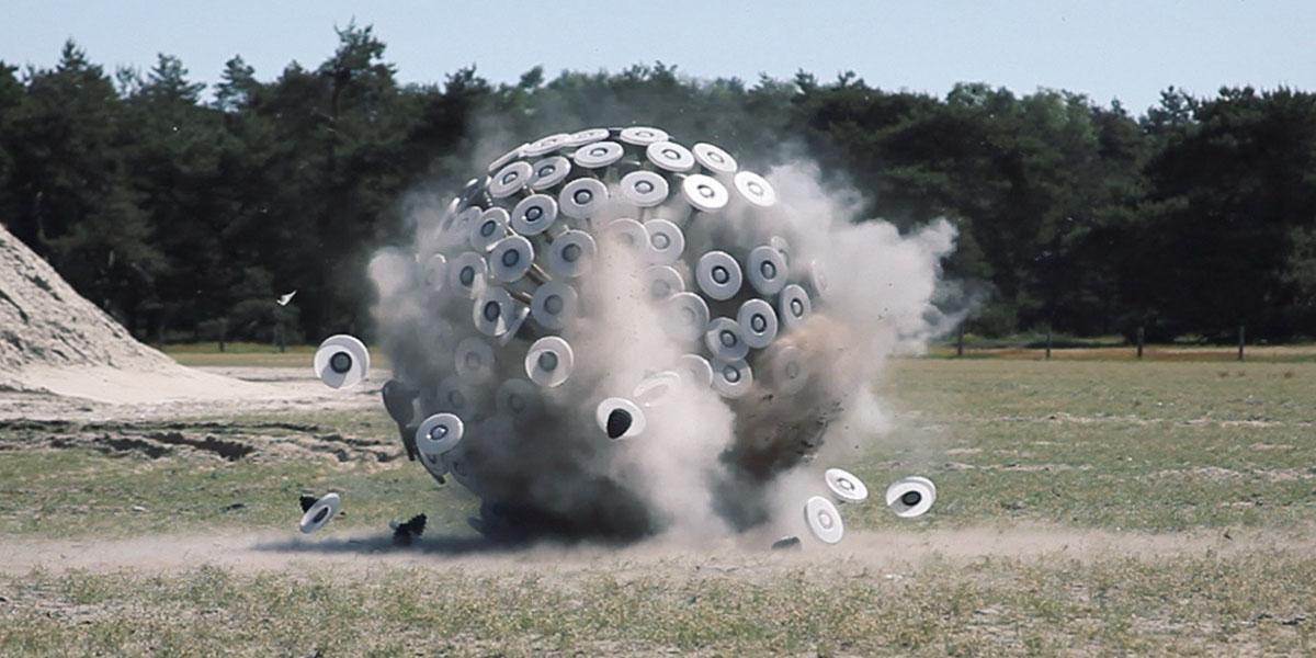 Un proyecto artístico similar a una planta rodadora de gran tamaño es capaz de detonar minas terrestres sin riesgo.