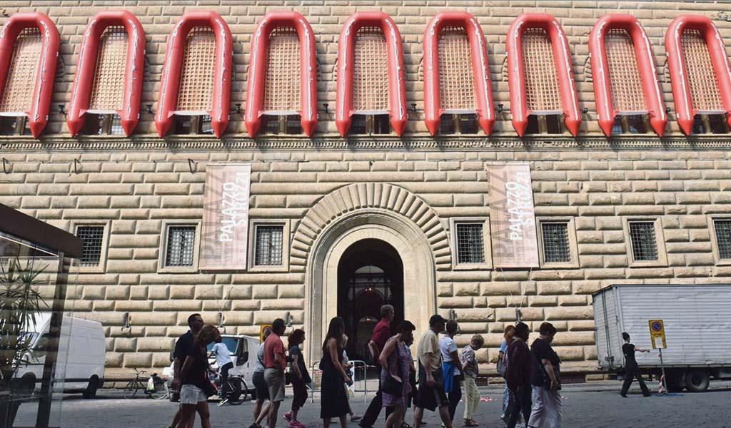 Ai Weiwei cuelga lanchas neumáticas del Palazzo Strozzi.