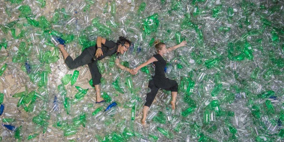 Von Wong corre entre botellas de plástico con su novia