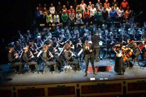 Banda sinfónica actuando en un escenario