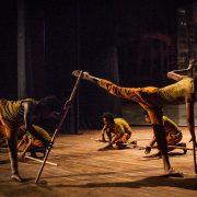 Bailarines de DESTINO Dance Company bailando con palos