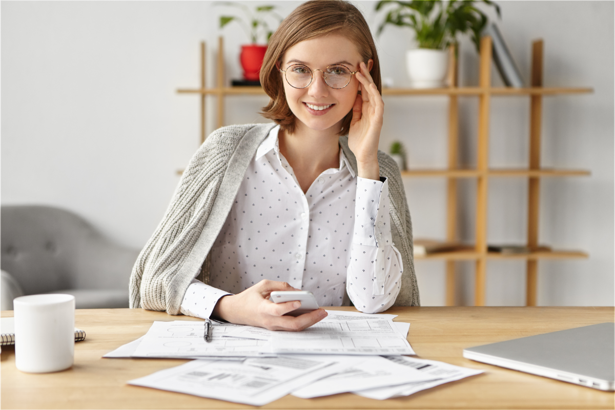 female entrepreneur calls virtual phone number on mobile