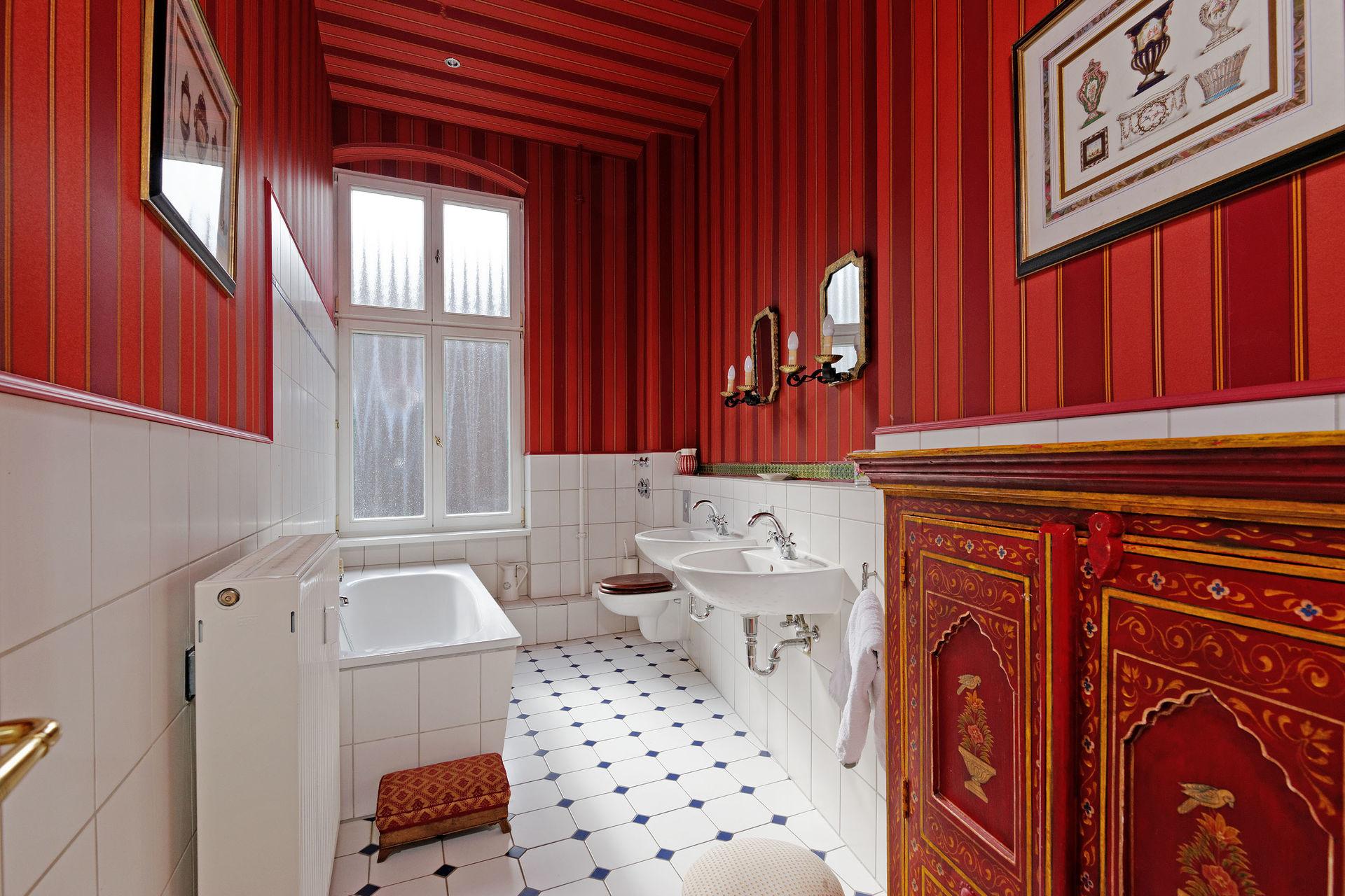 extravagant m blierte wohnung in berlin kreuzberg. Black Bedroom Furniture Sets. Home Design Ideas