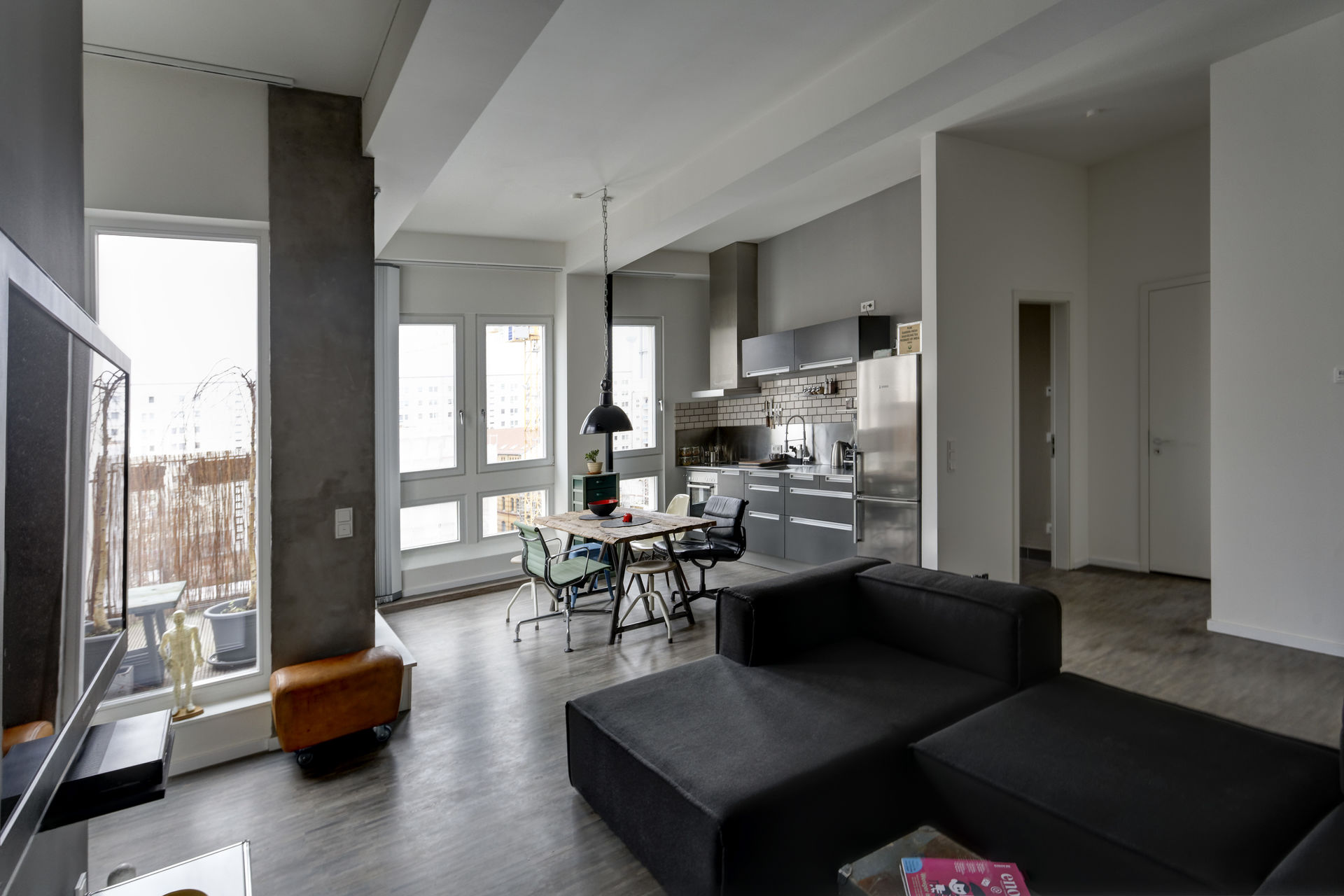 saniertes loft in alter fabrik mit terrasse farawayhome. Black Bedroom Furniture Sets. Home Design Ideas