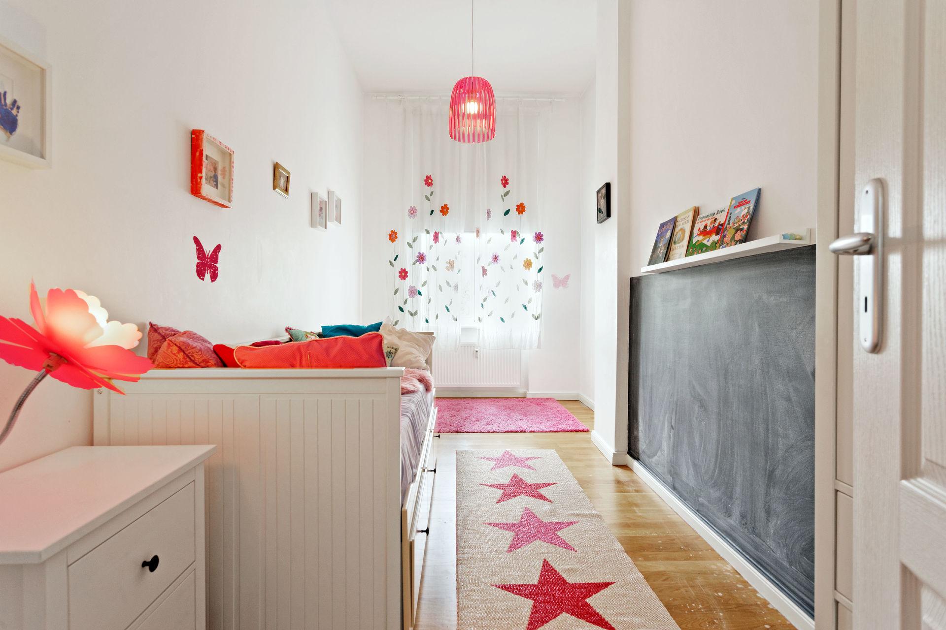 m bliert altbau wohnung mit designerm beln. Black Bedroom Furniture Sets. Home Design Ideas