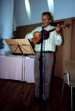 Jaume Arnella tocant la guitarra
