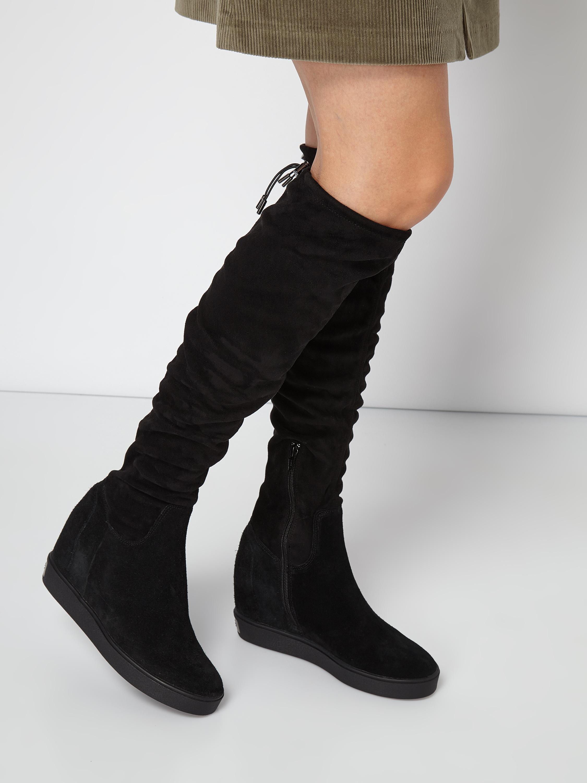 7129262b53f26 GUESS Kozaki za kolano ze skóry welurowej na koturnach w kolorze Szary /  czarny zakupy online (9811933) w P&C ▷ wysyłka i zwrot 0zł