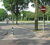 Foto van gevaarlijk paaltje op het fietspad