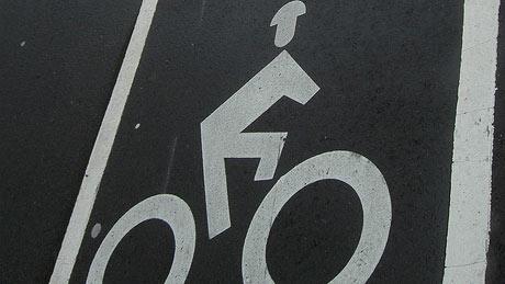 Fietspad met helm op het fietsericoon