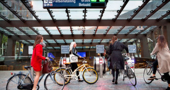 Ingang van de fietsenstalling bij Rotterdam Centraal