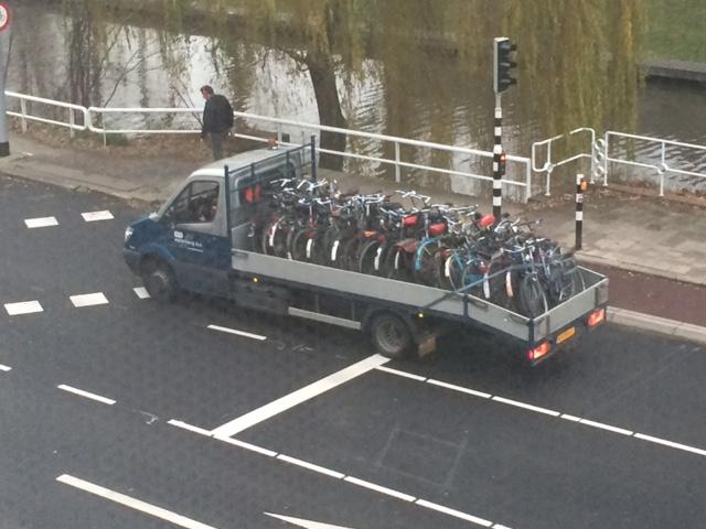 wegknippen fietsen vrachtwagen