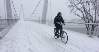 fietser in de sneeuw