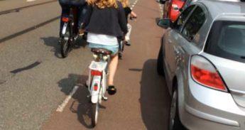 gevaarlijk geparkeerde auto brengt fietsers, groot en klein, in de verdrukking!