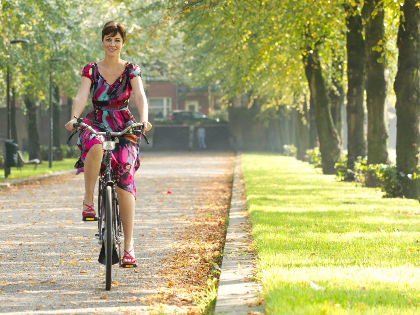 Vrouw fietst in de natuur