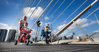 Fietsers op de Erasmusbrug in Rotterdam