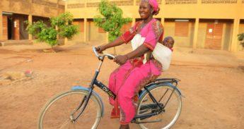 Vrouw op ov-fiets in Ouagadougou