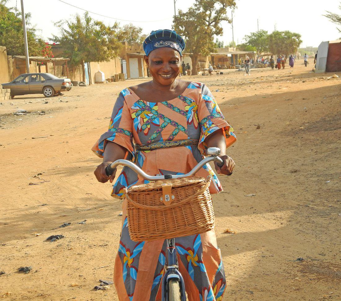 Malinese vrouw met gevlochten fietsmand