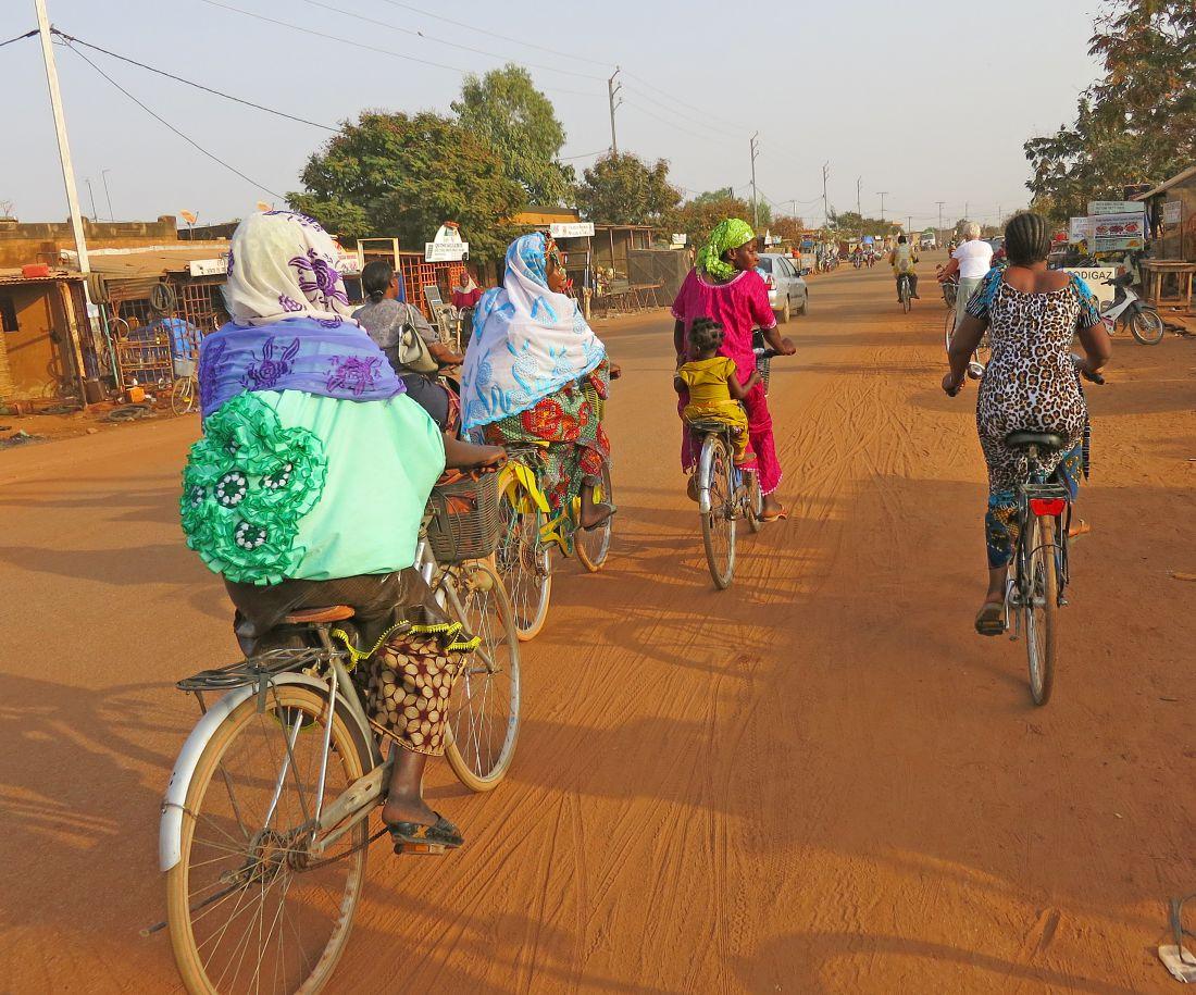 Fietsende vrouwen in Burkino Faso