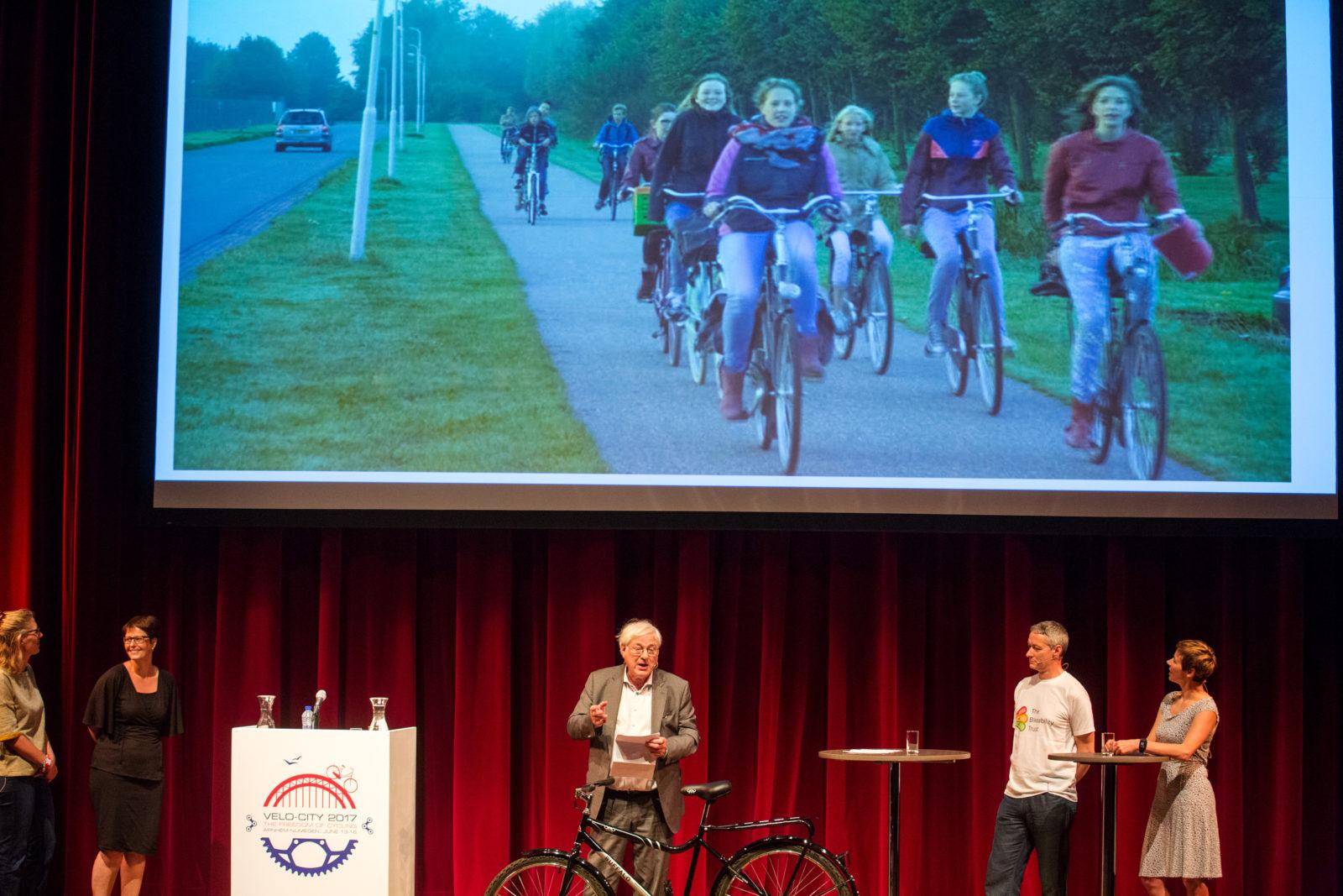 Kunstenaar Onno van Dokkum houdt een pleidooi voor een 'nationaal monument voor het fietsende schoolkind'.