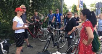 Gids vertelt over de oplossingen en uitdagingen van fietsend Amsterdam