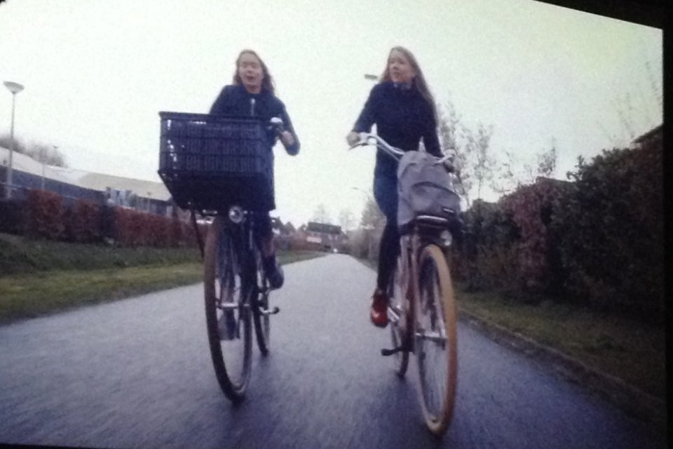 twee fietsende schoolkinderen