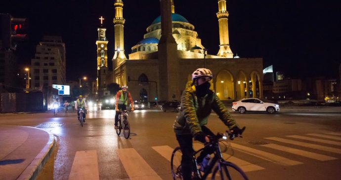 fietsers in beiroet bij moskee