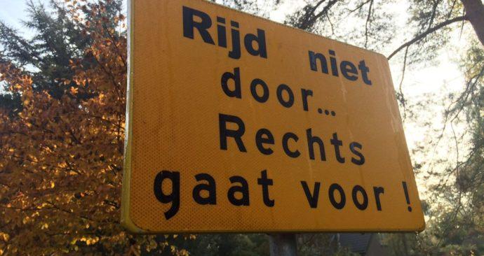 rijd niet door rechts gaat voor