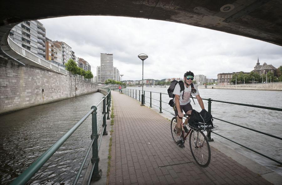 Fietsers rijdt langs de Maas in Luik