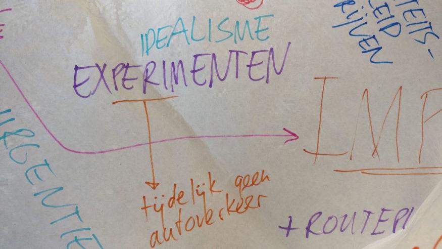 Tafelkleedtekst: 'Idealisme, experimenten -> Tijdelijk geen auto's'