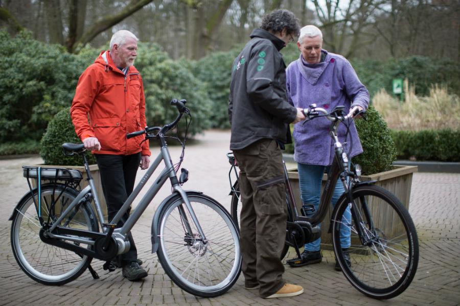 TestKees legt een fietser met e-bike uit hoe het display werkt