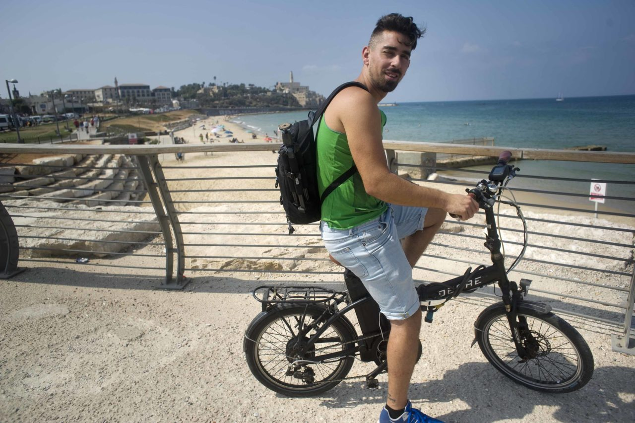 Yosi met op de achtergrond Jaffa.