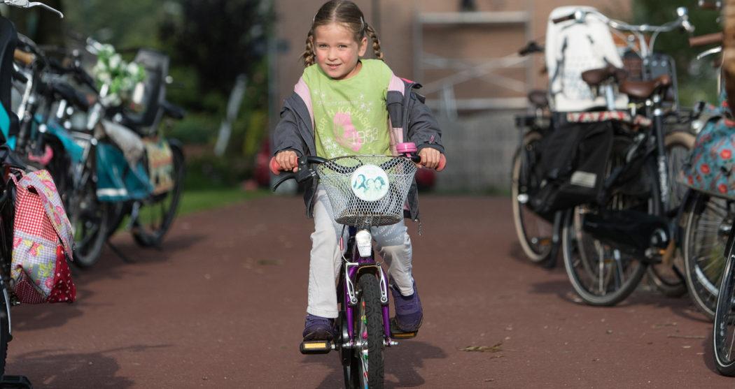 fietsendeschoolkind