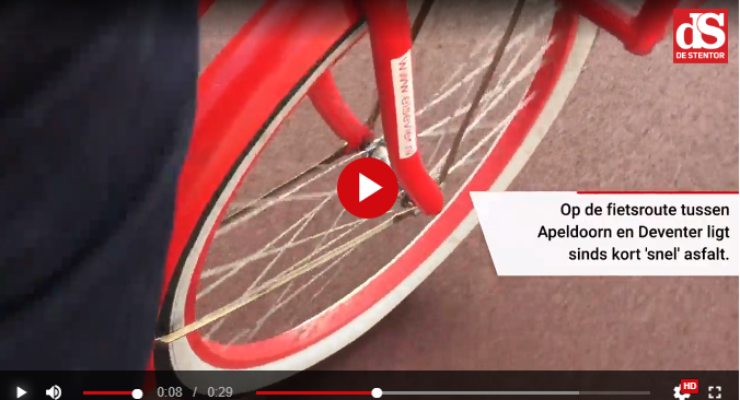 fietsband over rood asfalt