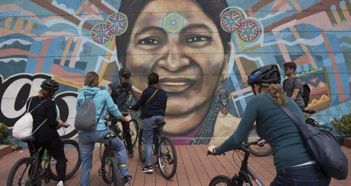 Fietsers bewonderen graffity in Bogota