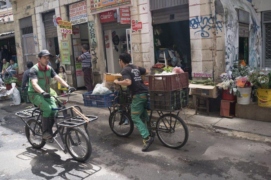 Fruitverkopers met hun transportfietsen