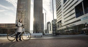 Vrouw op fiets op de Zuidas