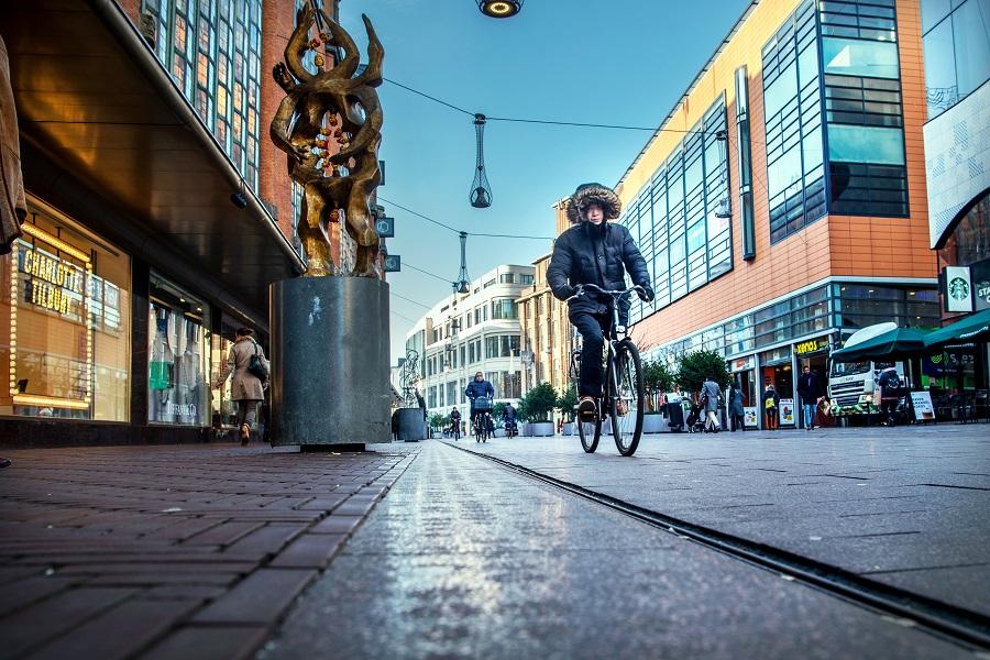 Fietsen op de Grote Marktstraat in Den Haag