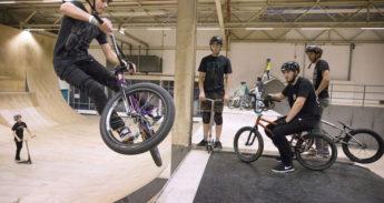 BMX-er wordt gadegeslagen door vrienden