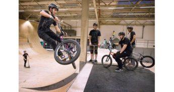 Jongens doen BMX-truuks in Eindhoven
