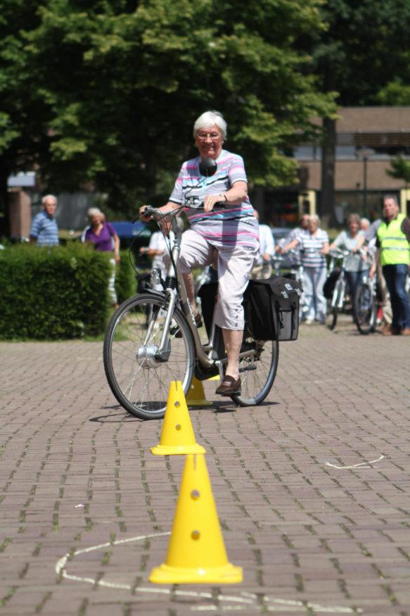 Vrouw rijdt parcours