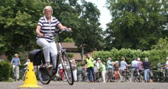 Op een fietsparcours kunnen deelnemers hun behendigheid testen.
