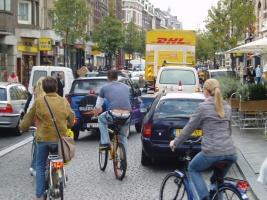 Rijbaan verstopt door vrachtwagens, busjes, auto's